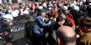 Demonstranter i Belgrad idag. OLIVER BUNIC / AFP