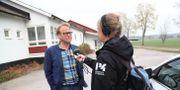 Jimmy Szigeti, biträdande kommundirektör i Motala kommun, utanför Granliden dit de evakuerade flyttats. Jeppe Gustafsson/TT / TT NYHETSBYRÅN