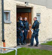 Poliser utanför lägenheten. Claudio Bresciani / TT / TT NYHETSBYRÅN