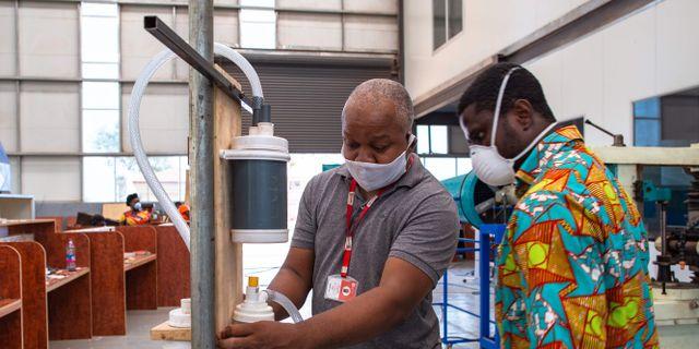 Julian Bennett och Selorm Yaw Agbo, båda ingenjörer i Ghana, arbetar med att ta fram en prototyp av en billig respirator. NIPAH DENNIS / TT NYHETSBYRÅN