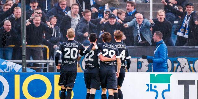 Blåvitt firar 2–1-målet med fansen. PETER HOLGERSSON / BILDBYRÅN