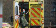 En ambulanssjukvårdare med ansiktsmask utanför St Thomas-sjukhuset i London. HANNAH MCKAY / TT NYHETSBYRÅN
