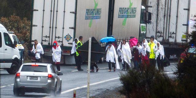 Överlevare från kraschen går längs motorvägen i Rotorua, Nya Zeeland.  Ben Fraser / TT NYHETSBYRÅN