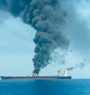 En oljetanker brinner i Omanbukten efter attacken. HANDOUT / TT NYHETSBYRÅN