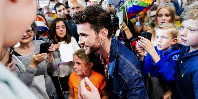 Laurence hyllas av fansen på flygplatsen. ROBIN VAN LONKHUIJSEN / ANP