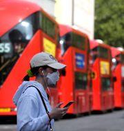 Kvinna med munskydd i London. Kirsty Wigglesworth / TT NYHETSBYRÅN