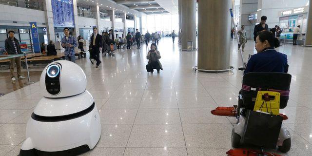 Arkivbild: LG Electronics visade upp sin städrobot på Sydkoreas internationella flygplats 2017.  Ahn Young-joon / TT NYHETSBYRÅN