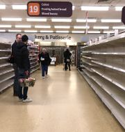 Arkivbild: Det är inte länge sedan butikshyllorna gapade tomma i delar av Storbritannien. I inledningen av pandemin bunkrade britterna så att många mataffärer hade svårt att hänga med. Här en mataffär i London, 19 mars 2020.  Kirsty Wigglesworth / TT NYHETSBYRÅN