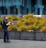 Polis söker av rättssalen i Christchurch. Mark Baker / TT NYHETSBYRÅN