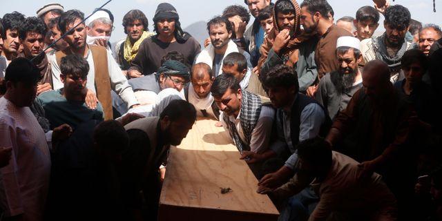 En massbegravning för offren i attacken hölls i Kabul igår.  Rafiq Maqbool / TT NYHETSBYRÅN/ NTB Scanpix