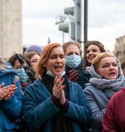 Människor vid en demonstration till stöd för Navalnyj i Moskva 21 april. Alexander Zemlianichenko / TT NYHETSBYRÅN