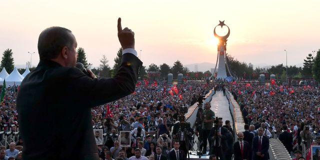 Turkiets president Erdogan talar till anhängare i samband med avtäckandet av ett monument som hedrar dem som dog i det misslyckade kuppförsöket. TT / NTB Scanpix