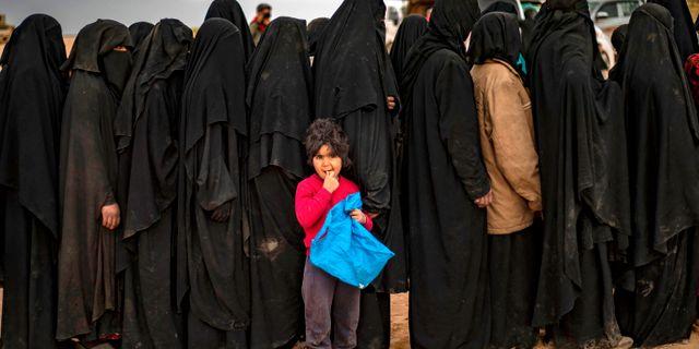 Kvinnor köar i Baghuz. DELIL SOULEIMAN / AFP