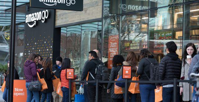 Människor köar utanför Amazons go store i Seattle, USA. Arkivbild. Shutterstock.