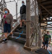 Turister vandrar i Eiffeltornet. Michel Euler / TT NYHETSBYRÅN