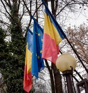 EU-flaggan och Rumäniens flagga. Wiktor Nummelin/TT / TT NYHETSBYRÅN