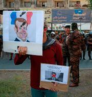 Protester mot Frankrikes president Macron i Irak på måndagen.  Khalid Mohammed / TT NYHETSBYRÅN