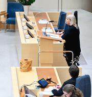Riksdagsledamoten Camilla Waltersson Grönvall (M) och socialminister Lena Hallengren (S) under dagens debatt. Henrik Montgomery/TT / TT NYHETSBYRÅN