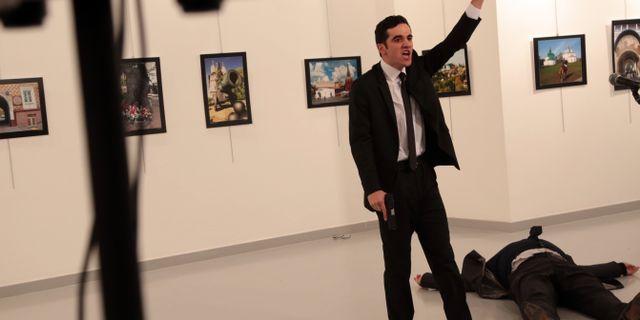 En 22-årig polisman sköt ihjäl Rysslands ambassadör i Turkiet under en fotoutställning 2016. TT