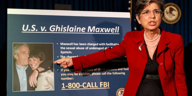 Åklagaren Audrey Strauss pekar ut Ghislaine Maxwell. John Minchillo / TT NYHETSBYRÅN