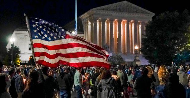 Människor utanför Högsta domstolen i USA. J. Scott Applewhite / TT NYHETSBYRÅN