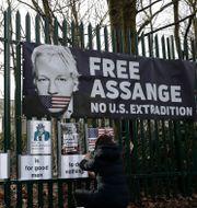 Plakat för Assange. Matt Dunham / TT NYHETSBYRÅN