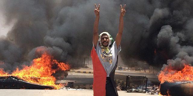 Protester i närheten av militärhögkvarteret i Khartoum, Sudan.  TT