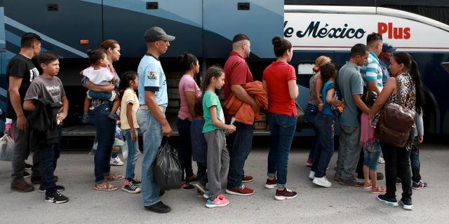 Flyktingar från Centralamerika kliver på en buss i Mexiko som ska ta dem tillbaka till sina hemländer. Christian Chavez / TT NYHETSBYRÅN/ NTB Scanpix