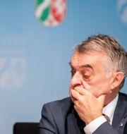 Herbert Reul, inrikesminister i NRW, på onsdagens presskonferens.  Marcel Kusch / TT NYHETSBYRÅN