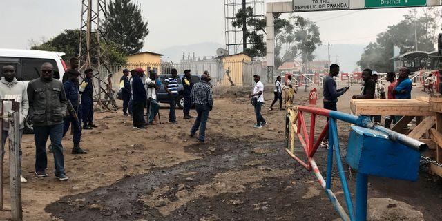 Gränsvakter samlas efter att Rwanda beslutat att stänga gränsen mot Kongo-Kinshasa. STRINGER / TT NYHETSBYRÅN