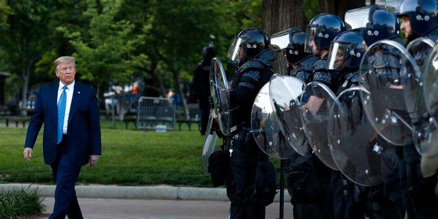 Fredliga demonstranter tvingades bort med tårgas och gummikulor för att Trump skulle kunna fotograferas framför en kyrka. Patrick Semansky / TT NYHETSBYRÅN