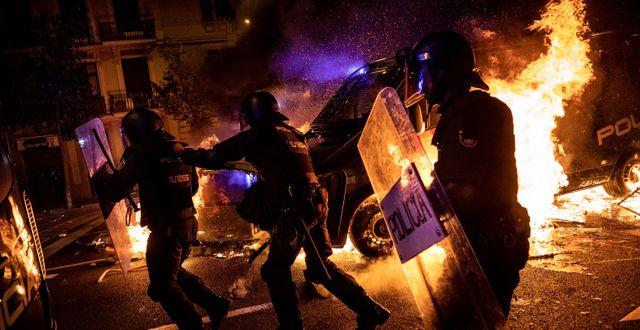 Poliser i Barcelona under onsdagskvällen.  Bernat Armangue / TT NYHETSBYRÅN
