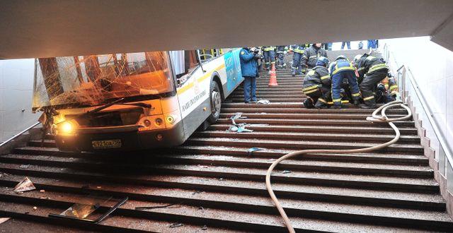 Räddningsarbetare arbetar bredvid bussen. Sergey Kiselev / TT / NTB Scanpix
