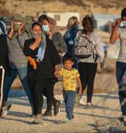 Migrationsminister Morgan Johansson (S) och migranter på ön Lesbos.  TT