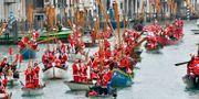 Tomteparad i Venedigs Grand Canal, 23 december. Luigi Costantini / TT NYHETSBYRÅN