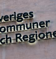 Sveriges kommuner och regioners skylt samt ett skyddsombud från kommunal.
