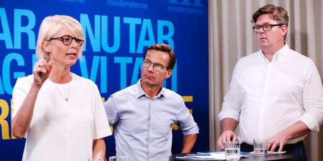 Gunnar Strömmer till höger. Elisabeth Svantesson till vänster och partiledare Ulf Kristersson i mitten.  Sören Andersson/TT / TT NYHETSBYRÅN