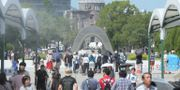 Människor besöker minnesmonumentet i Hiroshima under tisdagen. JIJI PRESS / JIJI PRESS