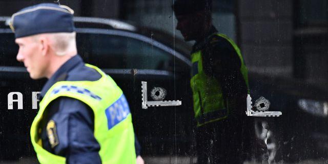 Kulhål i fönstret på Drottninggatan i Malmö dagen efter skjutningen. Johan Nilsson/TT / TT NYHETSBYRÅN