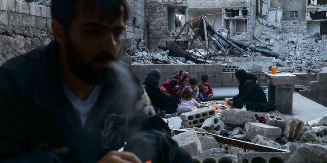 Bild från Ariha i Idlib-provinsen. Syrisk familj som bryter fastan under ramadan. AAREF WATAD / TT NYHETSBYRÅN