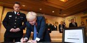 Premiärminister Boris Johnson signerar kondoleansboken tillägnad de 39 dödsoffren.  Stefan Rousseau / TT NYHETSBYRÅN