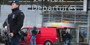 Arkivbild: Poliser utanför flygplatsen Schiphol, där den gripne svensken landade på julafton. Evert Elzinga / TT / NTB Scanpix