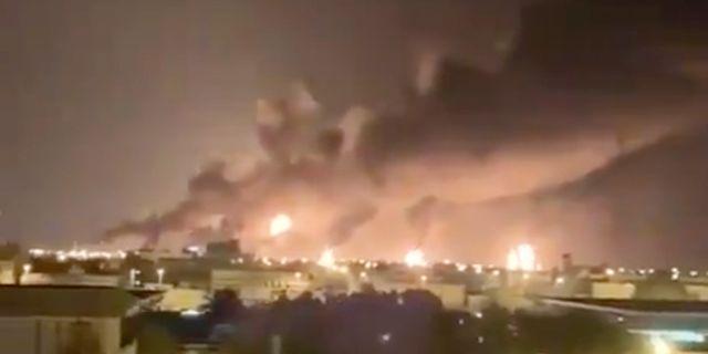 Rök från oljeanläggningen i Abqaiq i Saudiarabien. TT NYHETSBYRÅN