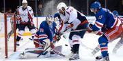 York Rangers målvakt, svenske Henrik Lundqvist, räddar ett skott från Washington Capitals Joel Ward. Joe Camporeale/ USA TODAY Sports/ Reuters