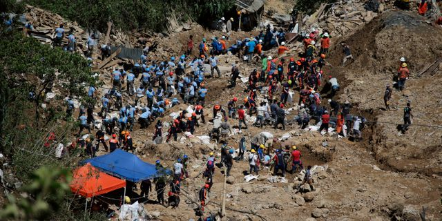 Räddningsarbetare har fortsatt gräva i rasmassorna efter jordskredet i Itogon, där över hundra personer befaras ha dött.  Aaron Favila / TT NYHETSBYRÅN