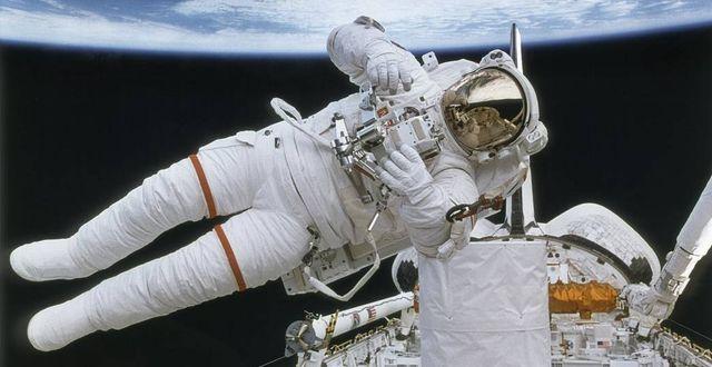 """Astronauten Mark Lee år 1999. Här testade han ryggsäcken """"Safer"""", som designades för att rädda  astronauter om de flöt iväg från rymdfarkosten.   Nasa"""