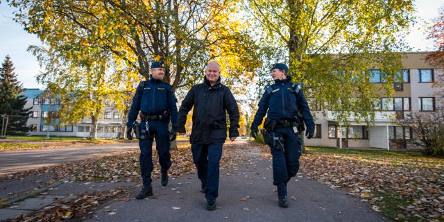 Policeman Erik Gatu (center).  Marie Edlund on the right and Henrik Persson on the left.  They guided the fPlus reporter through the neighborhood.  Henrik Hansson