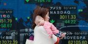Arkivbild: En kvinna bär på sin bebis i Tokyo. Koji Sasahara / TT / NTB Scanpix