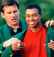 Tiger Woods tar emot den gröna vinnarkavajen vid US Masters 1997, den första majorvinsten för Woods.  MIKE BLAKE / TT NYHETSBYRÅN