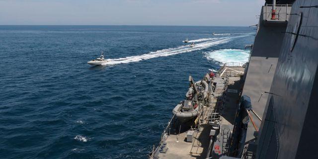 Båtar från Irans revolutionsgarde, tagen från amerikanskt fartyg.  TT NYHETSBYRÅN